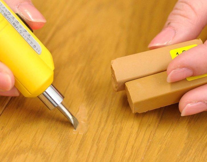 傷つけたフローリングを自分で直す!補修ペンやパテの使用法を解説